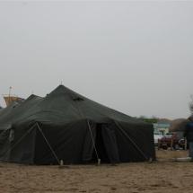 Legertent op het strand geeft een robuuste uitstraling